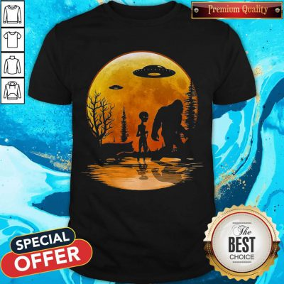 Awesome Bigfoot And Alien Under The Moon Shirt