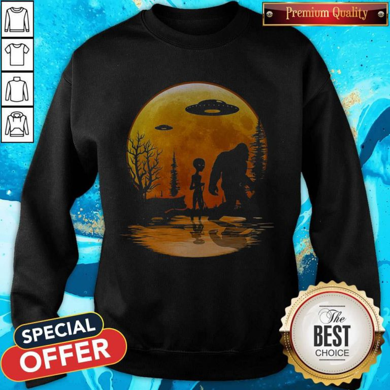 Awesome Bigfoot And Alien Under The Moon Sweatshirt