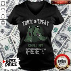 Nice Zombie Trick Or Treat Smell My Feet Halloween V-neck