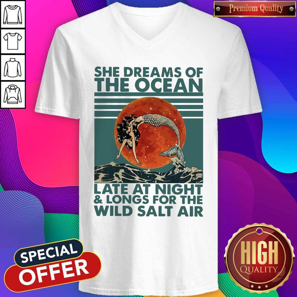 She Dreams Of The Ocean Late At Night And Longs For The Wild Salt Air Moon Vintage V-neck