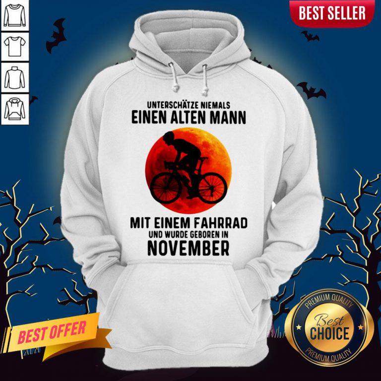 Einen Alten Mann Mit Einem Fahrrad Und Wurde Geboren In November Sunset Halloween Hoodie