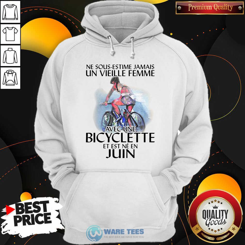Ne Sous Estimez Jamais Un Vieille Femme Avec Une Bicyclette Et Est Ne En Juin Hoodie- Design by Waretees.com