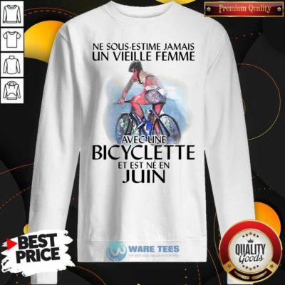 Ne Sous Estimez Jamais Un Vieille Femme Avec Une Bicyclette Et Est Ne En Juin Sweatshirt- Design by Waretees.com