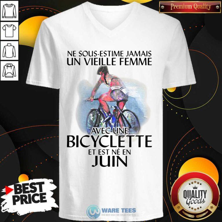 Ne Sous Estimez Jamais Un Vieille Femme Avec Une Bicyclette Et Est Ne En Juin V-neck- Design by Waretees.com
