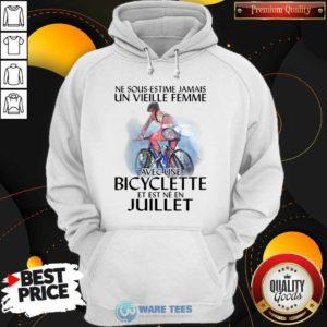 Ne Sous Estimez Jamais Un Vieille Femme Avec Une Bicyclette Et Est Ne En Juillet Hoodie- Design by Waretees.com