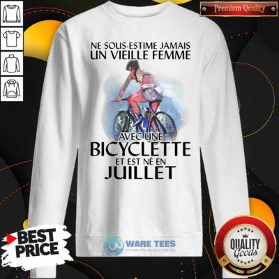 Ne Sous Estimez Jamais Un Vieille Femme Avec Une Bicyclette Et Est Ne En Juillet Sweatshirt- Design by Waretees.com
