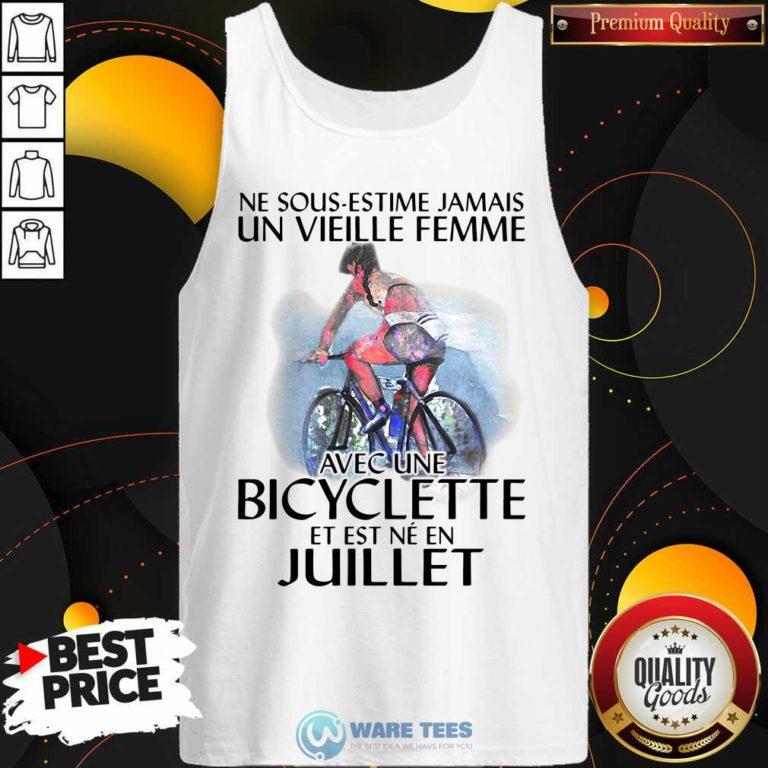 Ne Sous Estimez Jamais Un Vieille Femme Avec Une Bicyclette Et Est Ne En Juillet Tank-Top- Design by Waretees.com