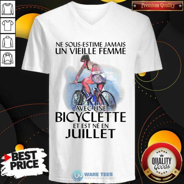 Ne Sous Estimez Jamais Un Vieille Femme Avec Une Bicyclette Et Est Ne En Juillet V-neck- Design by Waretees.com